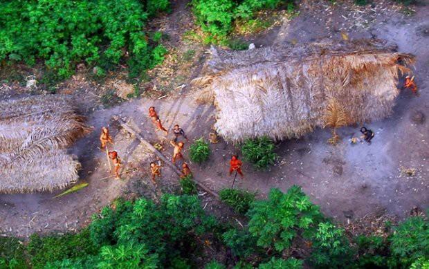Cận cảnh cuộc sống trong rừng Amazon của các bộ lạc biệt lập với thế giới hiện đại - Ảnh 1.