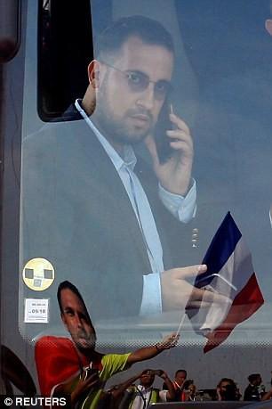 Ông Macron đáp trả tin đồn yêu đồng tính vệ sĩ vũ phu:  Cậu ta phản bội lòng tin của tôi! - ảnh 1