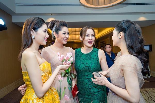 Hoa hậu Đặng Thu Thảo khoe sắc cùng dàn người đẹp  - Ảnh 3.