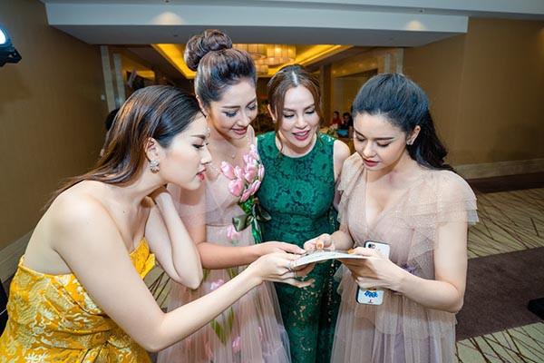 Hoa hậu Đặng Thu Thảo khoe sắc cùng dàn người đẹp  - Ảnh 4.