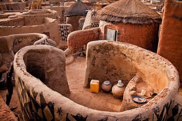 Tiébélé: Ngôi làng cổ được tạo nên từ phân bò, từng căn nhà đều là tác phẩm nghệ thuật tuyệt vời - Ảnh 3.