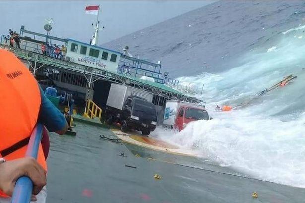 Chìm phà chở 139 người ngoài khơi Indonesia: Một người đàn ông livestream cảnh hoảng loạn trên phà - Ảnh 4.