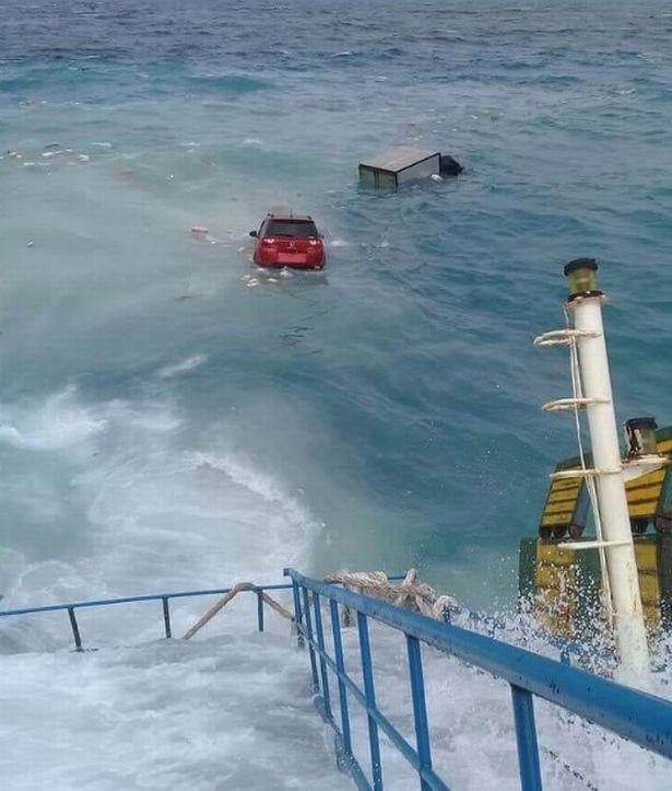 Chìm phà chở 139 người ngoài khơi Indonesia: Một người đàn ông livestream cảnh hoảng loạn trên phà - Ảnh 5.