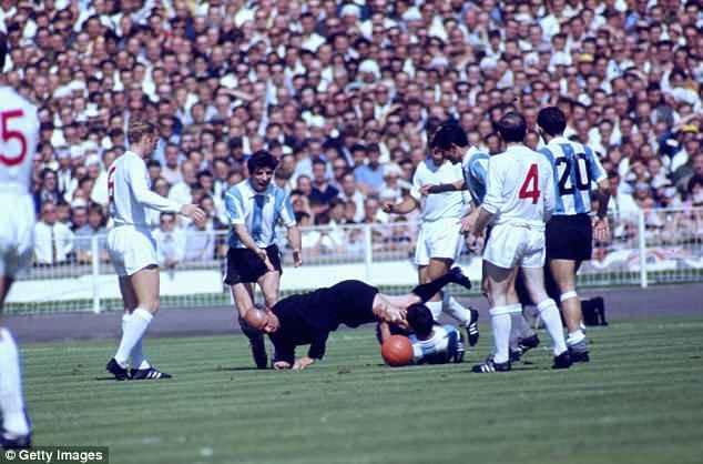 10 trận chiến xấu xí nhất World Cup, 2 trận có Maradona tham dự 8