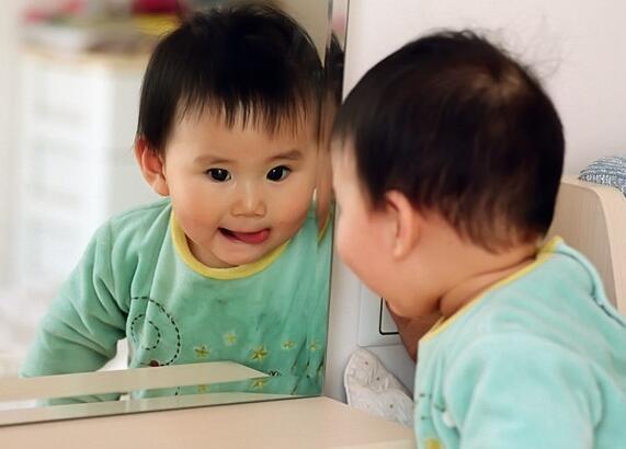 5 hành vi của bé bố mẹ nào cũng tưởng là thói xấu nhưng lại chứng tỏ bé đang dần phát triển thông minh hơn - Ảnh 4.