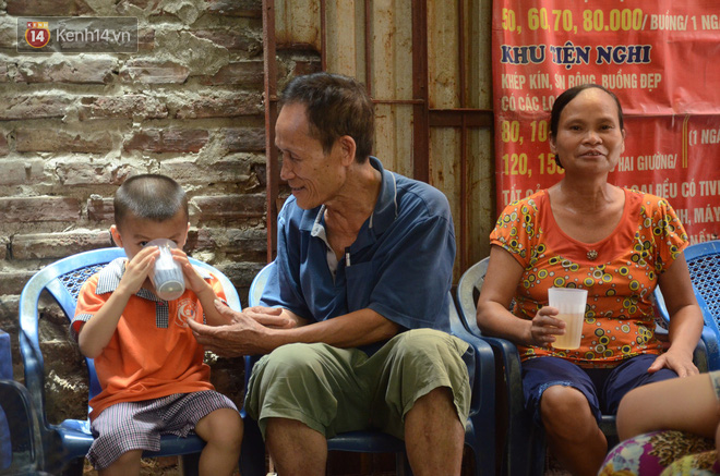 Tình người trong dãy trọ 15k/ đêm ở Hà Nội: Ông chủ tự bỏ tiền túi lắp điều hòa, quạt mát cho người nghèo trốn nóng - Ảnh 8.