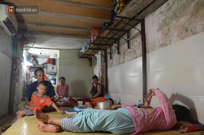 Tình người trong dãy trọ 15k/ đêm ở Hà Nội: Ông chủ tự bỏ tiền túi lắp điều hòa, quạt mát cho người nghèo trốn nóng - Ảnh 11.