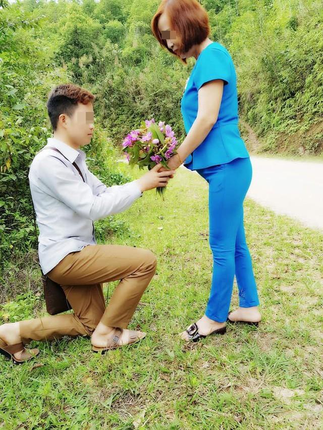 Cô dâu 61 tuổi ở Cao Bằng kể về bức ảnh chú rể quỳ gối bên bó hoa mua tím - Ảnh 2.