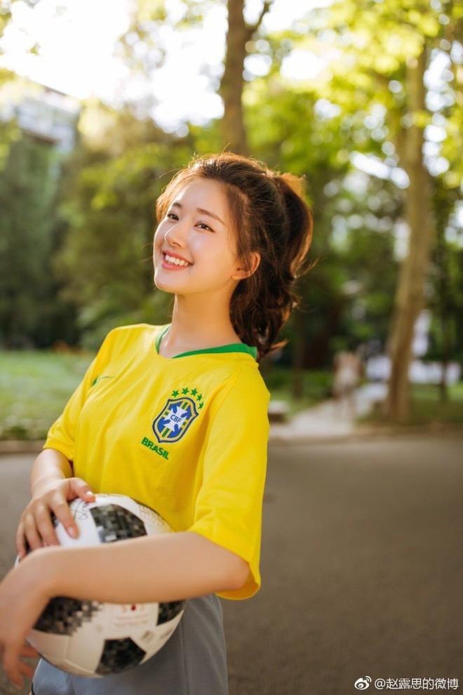 Khoác áo đội tuyển nào đội đó đều rời khỏi World Cup, hot girl này vẫn được yêu vì quá xinh đẹp - Ảnh 4.