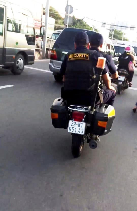 Bảo vệ giắt súng, không đội nón bảo hiểm… nghênh ngang trên đường - Ảnh 2.