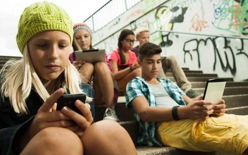 Pháp: Học sinh 14-15 tuổi bị cấm dùng điện thoại thông minh ở trường - Ảnh 1.