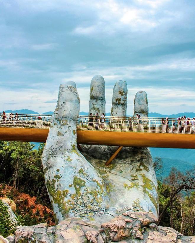 Báo nước ngoài viết về Cầu Vàng Đà Nẵng, đồng loạt khen vẻ đẹp nghẹt thở, như bước ra từ phim Chúa tể những chiếc nhẫn - Ảnh 1.