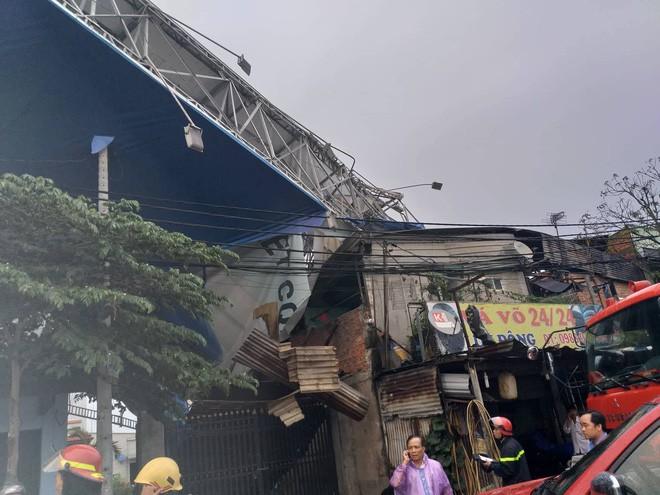 Bảng quảng cáo khổng lồ đổ sập trong mưa, đè chết người ở Sài Gòn - Ảnh 4.