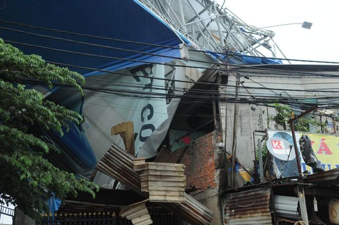 Bảng quảng cáo khổng lồ đổ sập trong mưa, đè chết người ở Sài Gòn - Ảnh 5.