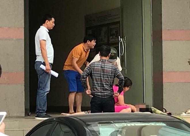 Con gái khóc ngất bên thi thể mẹ nhảy từ chung cư cao tầng xuống - Ảnh 1.
