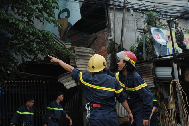 Bảng quảng cáo khổng lồ đổ sập trong mưa, đè chết người ở Sài Gòn - Ảnh 6.