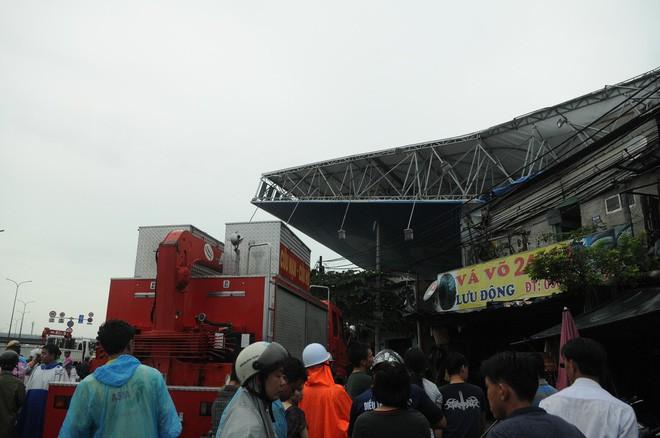 Bảng quảng cáo khổng lồ đổ sập trong mưa, đè chết người ở Sài Gòn - Ảnh 7.