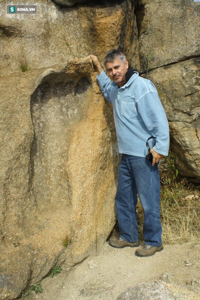 Dấu chân khổng lồ dài 1,2m ở Nam Phi: Bí ẩn thách thức khoa học hơn trăm năm - ảnh 1