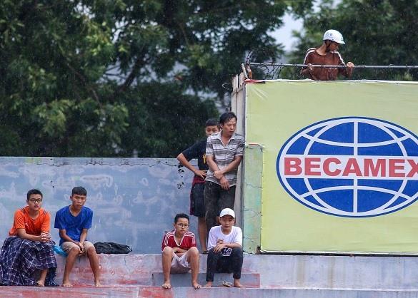 Mưa như trút nước, cổ động viên vẫn bao vây xe chở U23 Việt Nam - Ảnh 1.