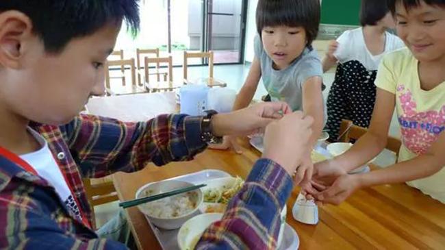 Chuyện giáo dục ở Nhật Bản: Chỉ một bữa trưa của học sinh tiểu học đã cho thấy người Nhật bỏ xa thế giới ở lĩnh vực trồng người như thế nào - Ảnh 9.