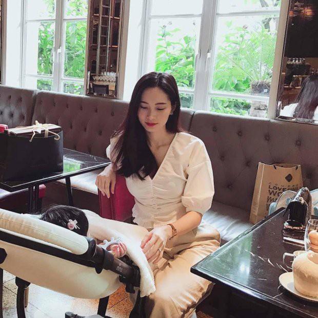 Hoa hậu Đặng Thu Thảo ngọt ngào bên con gái khiến fan 'tan chảy' - ảnh 2