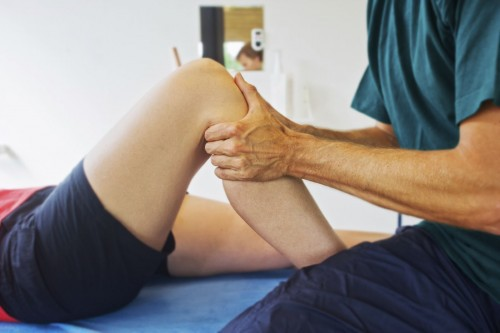 Vì sao ngồi điều hòa thường xuyên gây đau khớp gối? - Ảnh 1.