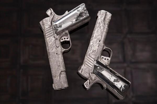 Chiêm ngưỡng cặp súng ngắn M1911 đối xứng gương siêu đẹp, siêu đắt - Ảnh 3.