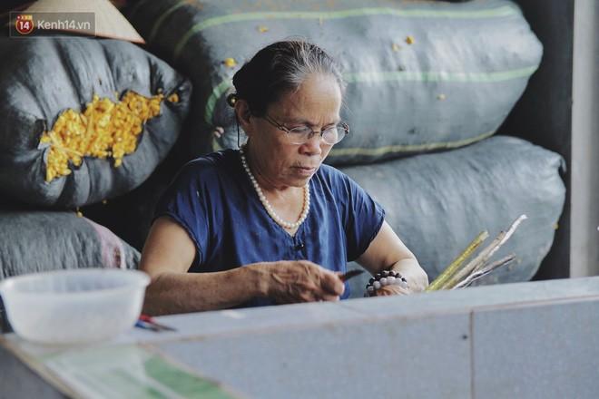 Người phụ nữ Hà Nội đầu tiên dệt lụa từ tơ sen: 4.800 cuống sen cho một chiếc khăn quàng cổ dài 1,7 mét - Ảnh 1.