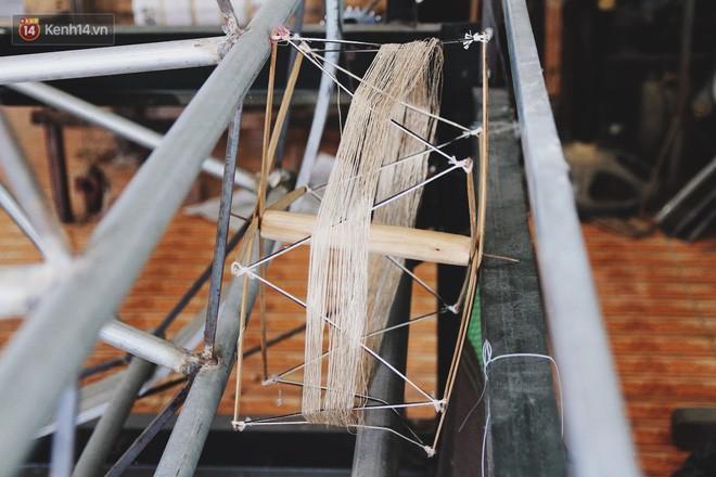 Người phụ nữ Hà Nội đầu tiên dệt lụa từ tơ sen: 4.800 cuống sen cho một chiếc khăn quàng cổ dài 1,7 mét - Ảnh 16.