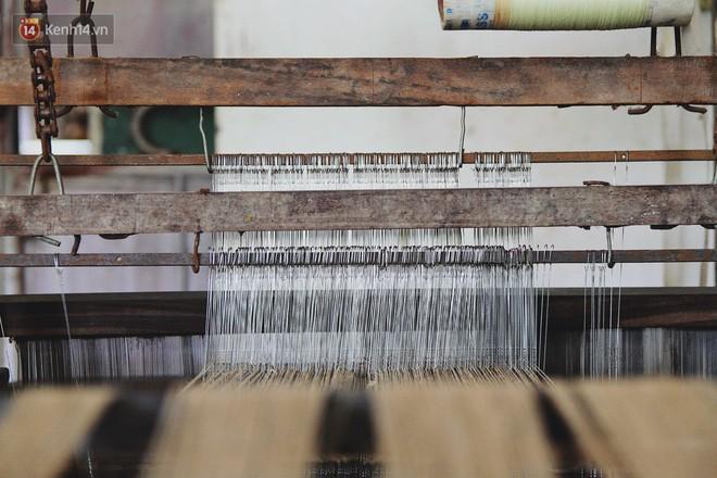 Người phụ nữ Hà Nội đầu tiên dệt lụa từ tơ sen: 4.800 cuống sen cho một chiếc khăn quàng cổ dài 1,7 mét - Ảnh 17.