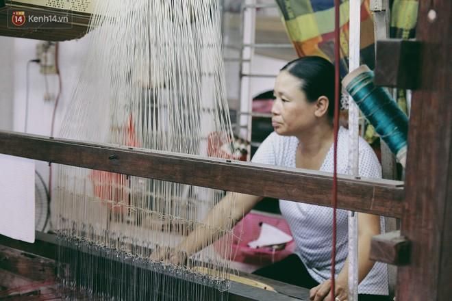 Người phụ nữ Hà Nội đầu tiên dệt lụa từ tơ sen: 4.800 cuống sen cho một chiếc khăn quàng cổ dài 1,7 mét - Ảnh 20.