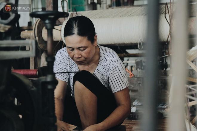 Người phụ nữ Hà Nội đầu tiên dệt lụa từ tơ sen: 4.800 cuống sen cho một chiếc khăn quàng cổ dài 1,7 mét - Ảnh 21.
