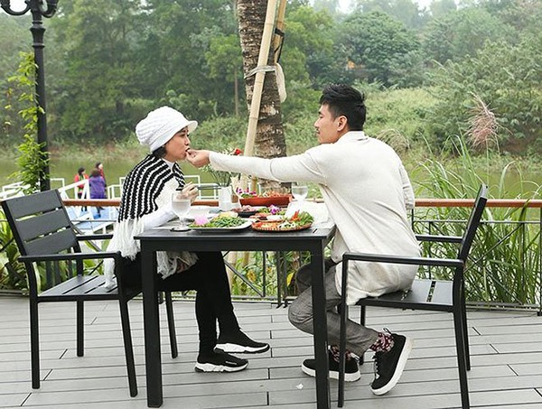Hành động của Kiều Minh Tuấn dành cho vợ hơn 18 tuổi ở chốn đông người gây chú ý - Ảnh 4.