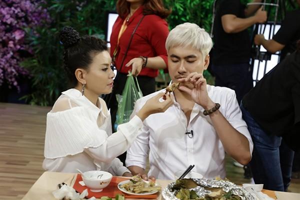 Hành động của Kiều Minh Tuấn dành cho vợ hơn 18 tuổi ở chốn đông người gây chú ý - Ảnh 3.