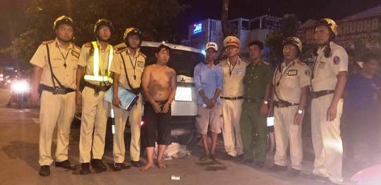 TP HCM: CSGT vây bắt 2 anh em ruột buôn lậu trốn trong bãi cỏ - Ảnh 2.
