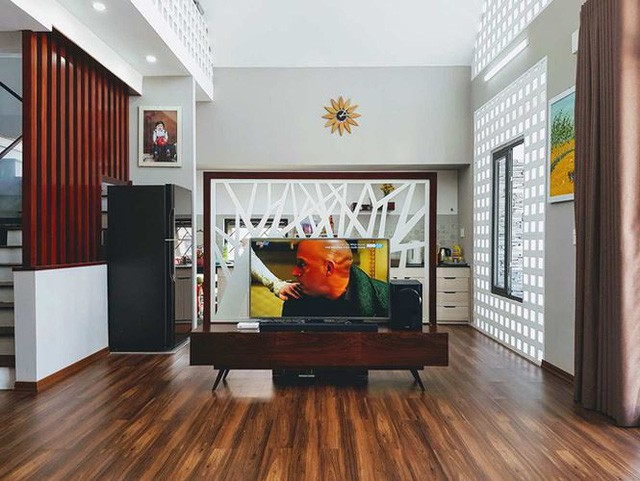 Không gian phòng khách hiện đại được bày trí đơn giản nhưng vẫn toát lên sự tinh tế, sang trọng. Vách ngăn tách bạch hai khu vực bếp và phòng khách vô cùng uyển chuyển, phân chia được không gian đầy duyên dáng.
