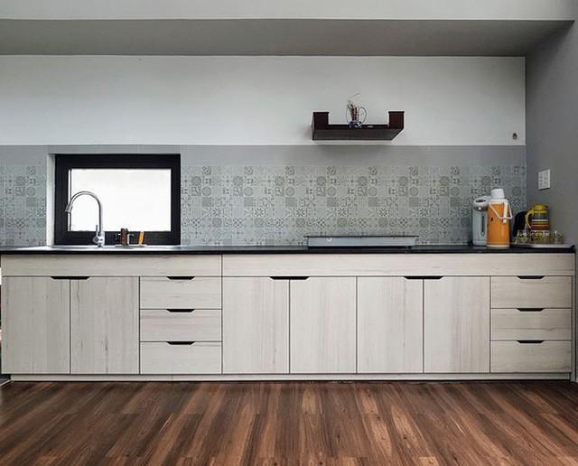 Khu bếp đẹp và hiện đại với tông màu sáng của tủ bếp và giấy dán tường bếp họa tiết dễ chịu.