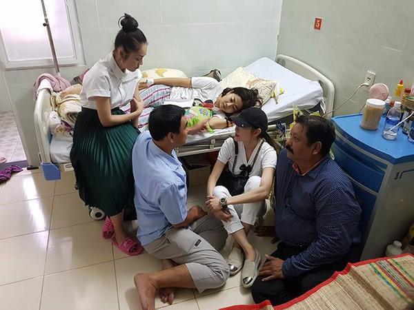 Quyền Linh đi chân đất, ngồi bệt xuống sàn nhà khi đến thăm hỏi Mai Phương 3