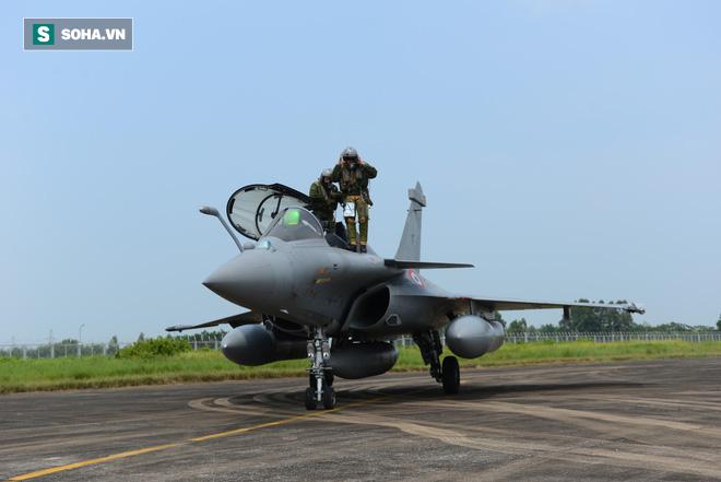 Cận cảnh tiêm kích Rafale của Pháp trong chuyến thăm đầu tiên tới Việt Nam - Ảnh 6.