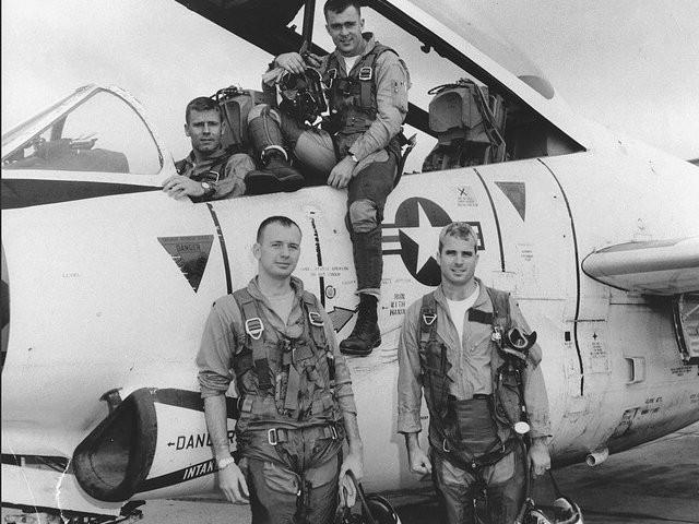 Cuộc đời Thượng nghị sĩ John McCain qua ảnh: Người bạn lớn có nhiều duyên nợ với Việt Nam - Ảnh 2.