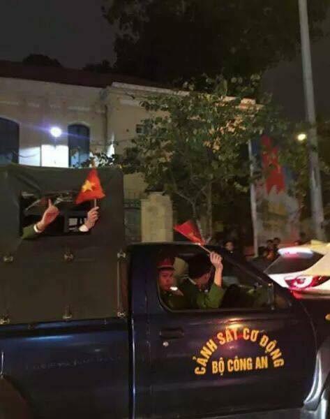 CĐV Việt Nam siêu ngầu, mang cả xe lu, xe kéo đi bão sau chiến thắng lịch sử - Ảnh 5.