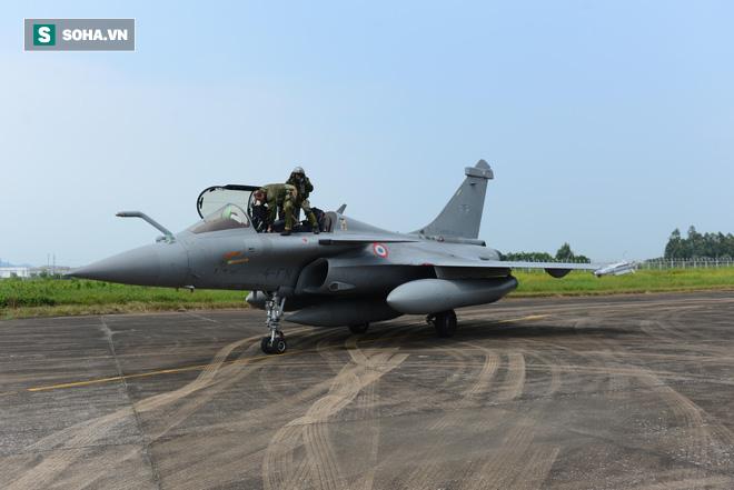 Cận cảnh tiêm kích Rafale của Pháp trong chuyến thăm đầu tiên tới Việt Nam - Ảnh 7.