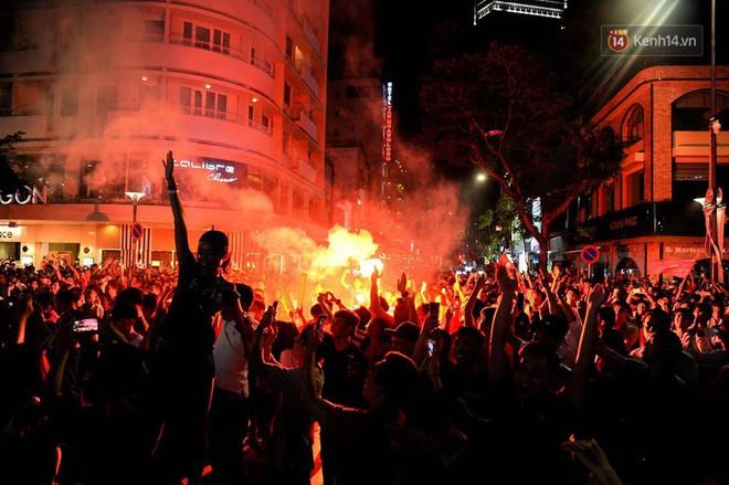 Việt Nam chiến thắng, hàng triệu người nhuộm đỏ đường phố, CĐV quá khích đốt pháo sáng - Ảnh 9.