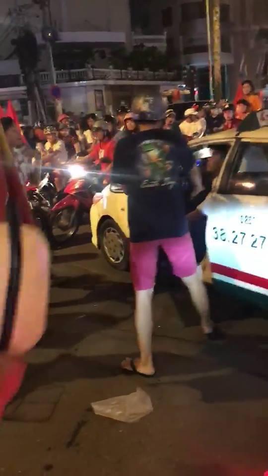 Nam thanh niên quá khích chặn đánh tài xế taxi vì bị cản đường đi bão - ảnh 1