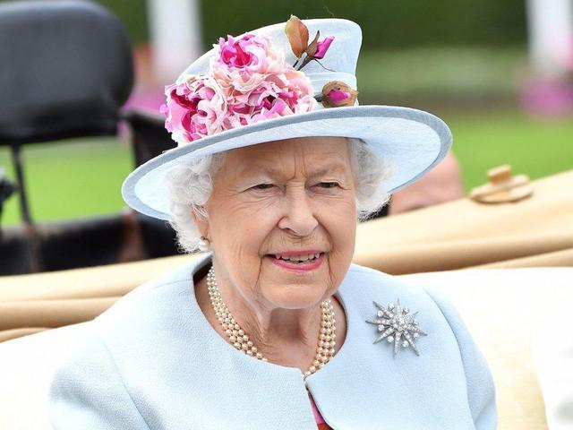 Nguyên tắc kỳ lạ của Hoàng gia Anh: Không ai được phép đi ngủ trước nữ hoàng Anh, còn nữ hoàng đích thị là một… cú đêm - Ảnh 1.