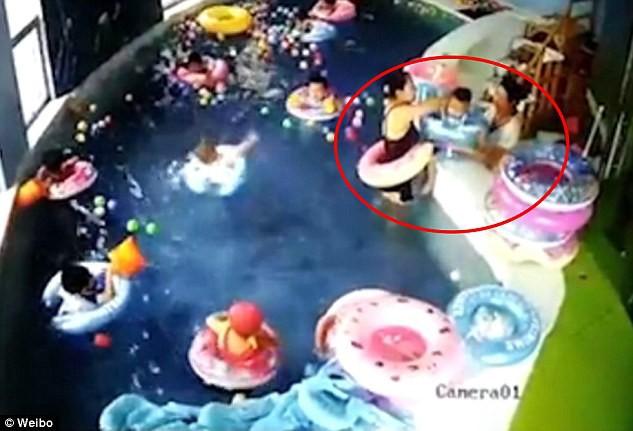 Thót tim khoảnh khắc bé trai 3 tuổi chới với suýt chết đuối dưới chiếc phao, người lớn đứng ngay phía sau mà không hay biết - Ảnh 2.