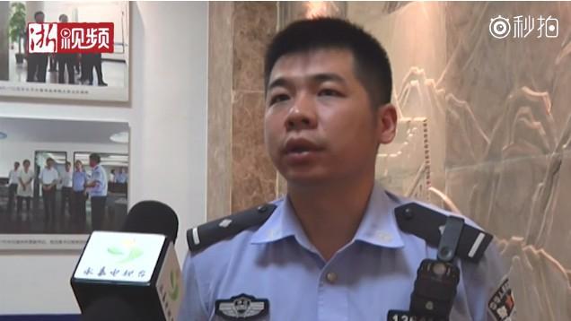 Cảnh sát Tạ Kim Phong chia sẻ quá trình giải cứu cô Hoàng. (Ảnh cắt từ clip)