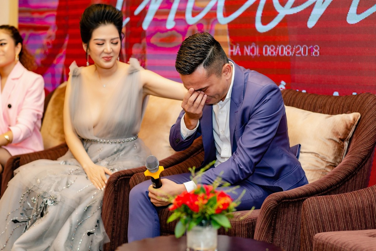 Tú Dưa bật khóc trong họp báo của Đinh Hiền Anh: Bố mẹ tôi chia