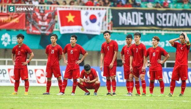 U23 Việt Nam buồn bã cúi đầu, NHM bật khóc sau loạt đấu súng - Ảnh 2.