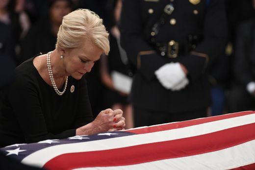 [Ảnh] Mưa và nước mắt trong lễ viếng Thượng nghị sĩ John McCain tại Điện Capitol - Ảnh 5.